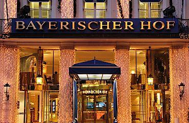 HBH_Außenansicht_Haupteingang_Nacht_Weihnachten__c_AndreasGrieger.jpg